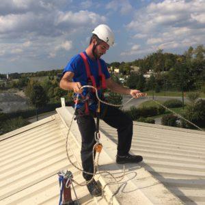 Techniciens sur toiture en sécurité