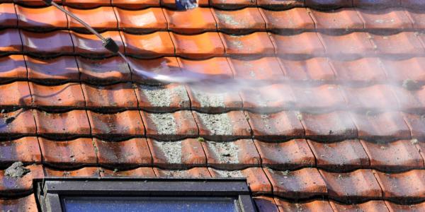 Nettoyer la toiture de la maison